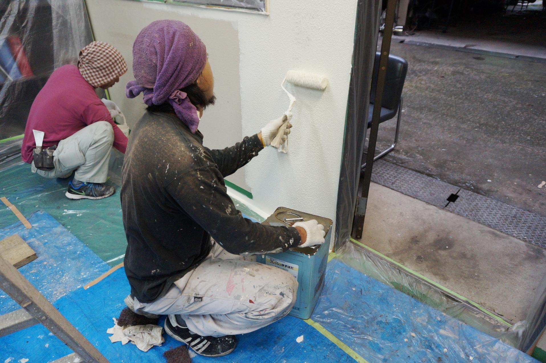 ゆず肌仕上げで室内壁を塗装してきました